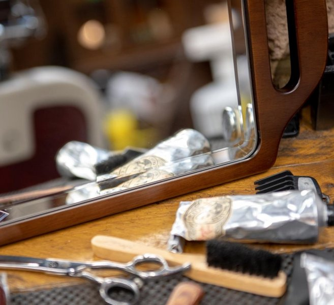 two-handed-wooden-mirror-for-barber 2
